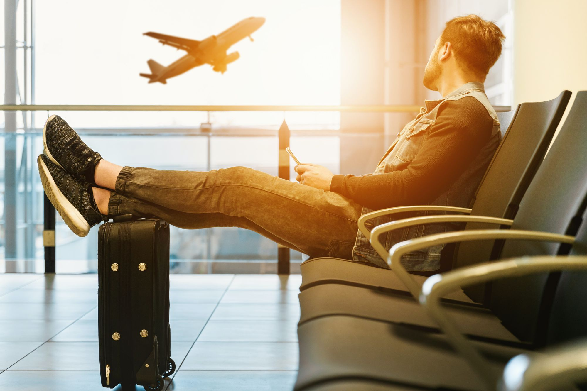 A guy waiting for his plane to go in his next holidays